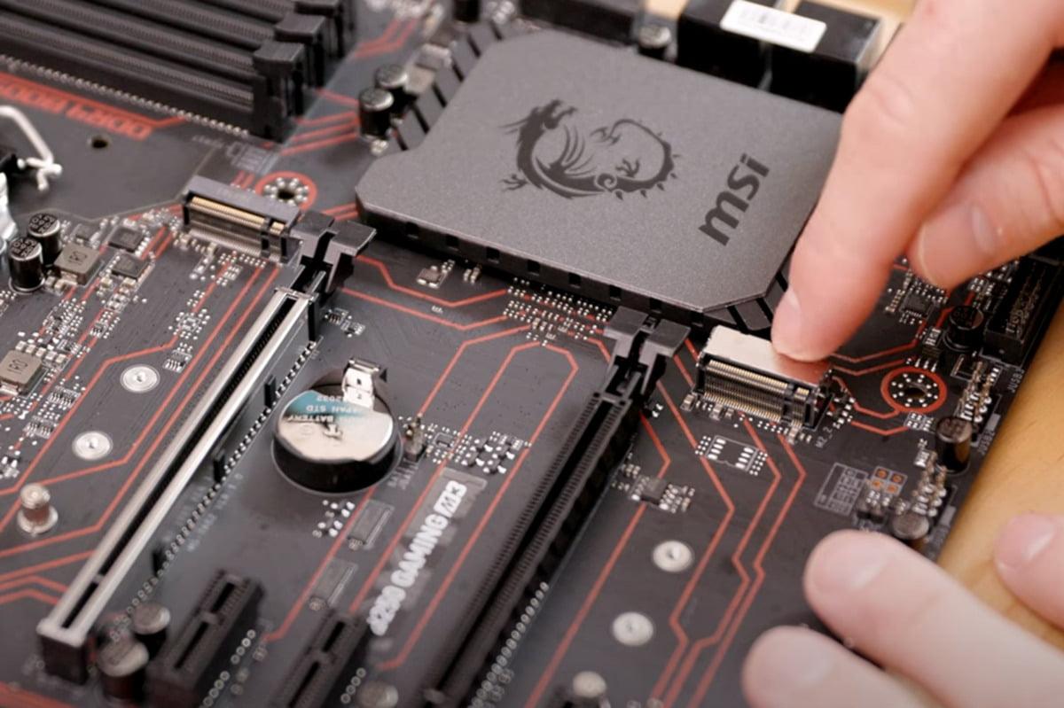 Před samotnou instalací disku SSD v provedení M.2 je třeba najít na základní desce vhodné sloty M.2. Ty se mohou obecně nacházet prakticky kdekoliv. Na této základní desce se jeden černý nachází vlevo a jeden pak pod chromovým krytem vpravo. Přesné parametry každého slotu najdete v příručce k základní desce.