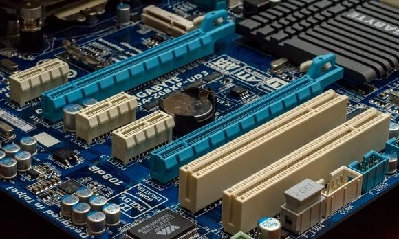 Sloty PCIe na standardní základní desce