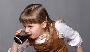 Děti pijí kávu aenergy drinky, přitom stačí voda aminerálky