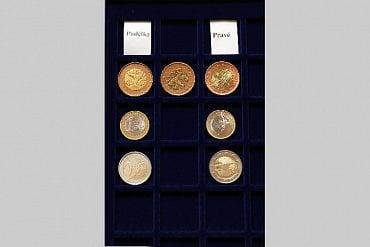 Padělané mince ve srovnání s originály.