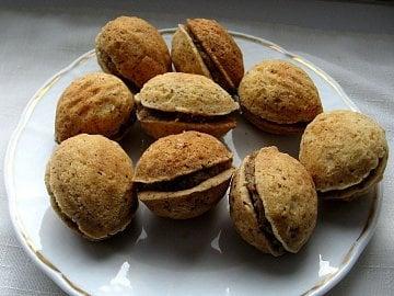 Světlé a někdy i tmavé, na ořechy plněné krémem, ale i na rohlíčky, na vykrajování či do formiček. Cena za kg: obvykle 68–70 Kč, ale i 180 Kč