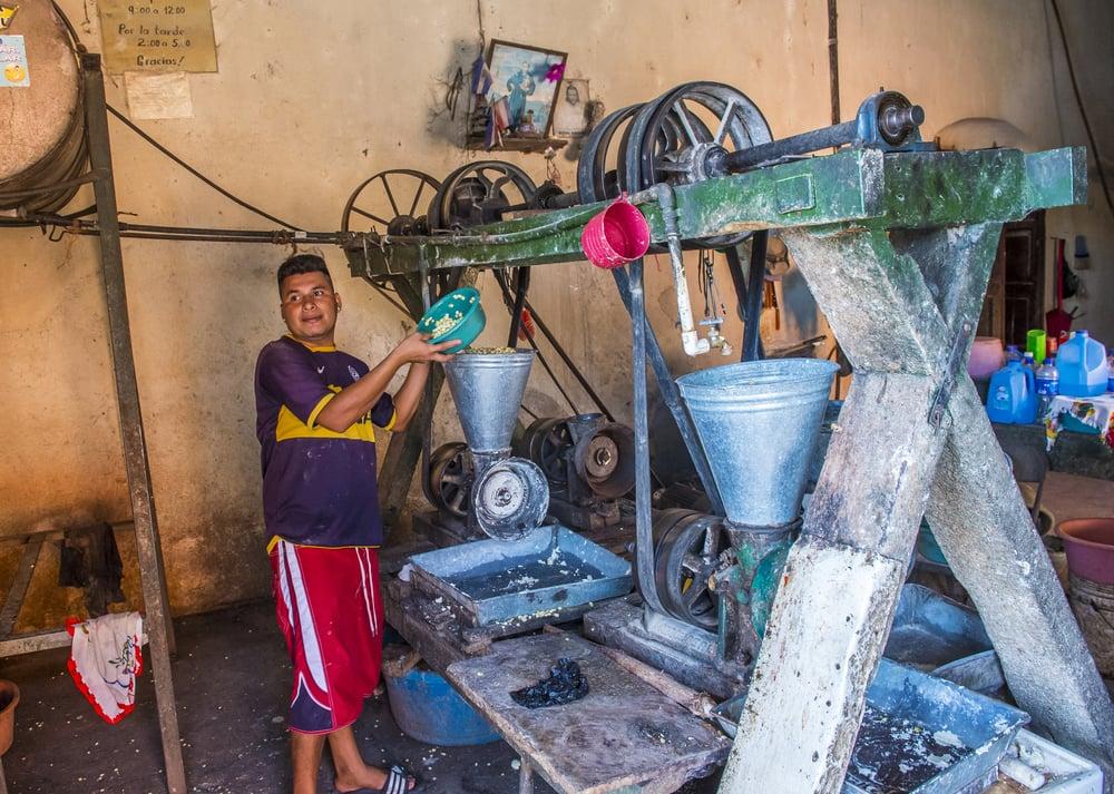 Výroba tortill a pupusas v Salvadoru