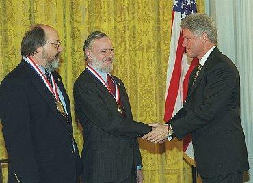 Ken Thompson a Dennis Ritchie přebírají ocenění od Billa Clintona