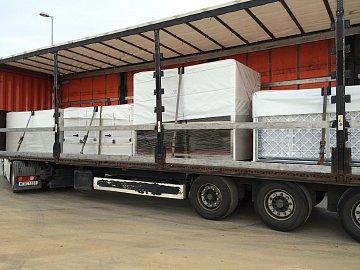 Takových kamionů přijelo na stavbu mnoho, zde část technologie chlazení.