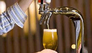 Jak se má správně čepovat pivo? Každý pivovar to vidí jinak