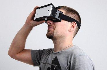 """Virtuální realita se nám vrací ve spolupráci s mobilními telefony. Stačí si pořídit """"brýle"""" Cardboard, do kterých vsunete mobil a ten už zajistí obraz pro obě oči. Existuje jich nepřeberné množství, z papíru i plastu."""