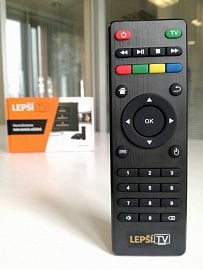 Lehce upravený dálkový ovladač už dává horní řadou tlačítek jasně najevo příslušnost k Lepší.TV a nikoli k televizoru tak, jak to bylo dříve (viz původní DO ve fotogalerii). Tlačítko pro přeskok kapitol s výhodou využijete u TimeShiftu.