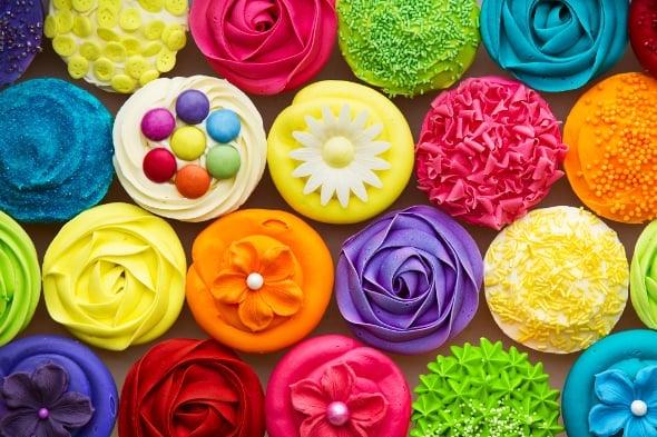 Zláště cupcakům sluší barevné krémy a zdobení