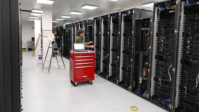 [aktualita] Obrazem: Podívejte se na instalaci nejrychlejšího superpočítače v Česku