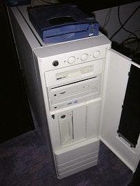 Opět Amiga 4000, tentokrát provedení tower.