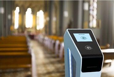 Bezkontaktní terminál v kostele Nanebevzetí Panny Marie.