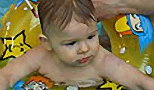 Plavání kojenců: Hazardujeme se zdravím dětí?