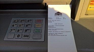 Bankomat Euronetu. Po uplynutí časového limitu je platební karta zadržena.