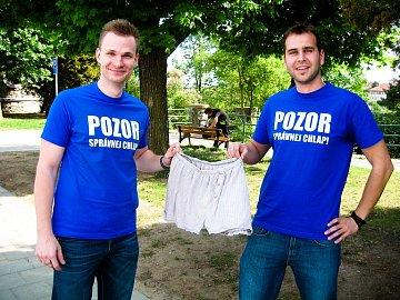 Zleva Tomáš Brychta, nové boxerky a Martin Březina
