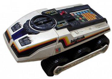 BIG TRAK společnosti Milton Bradley byl v roce 1979 jednou z prvních hraček využívajících mikrokontrolér TMS 1000 – díky tomu jej bylo možné programovat (vozítko si zapamatovalo až 16 povelů).