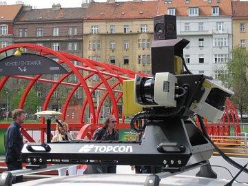 Kamerou umístěnou ve výšce 2,4 metrů. Obličeje a SPZ budou dodatečně vymazány.