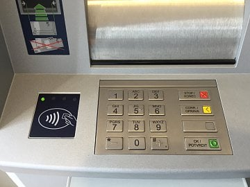 Bezkontaktní bankomat ČSOB. Detail snímače.