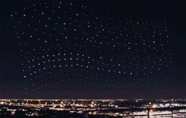 Americká vlajka vytvořená z osvětlených dronů v přestávce finále Super Bowlu v únoru 2017