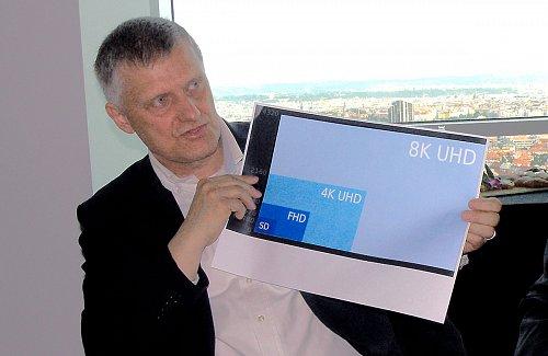 Generální ředitel Českých Radiokomunikací Martin Gebauer názorně demonstruje na tiskové konferenci používané videoformáty
