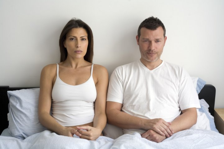 Zralá žena na posteli muže