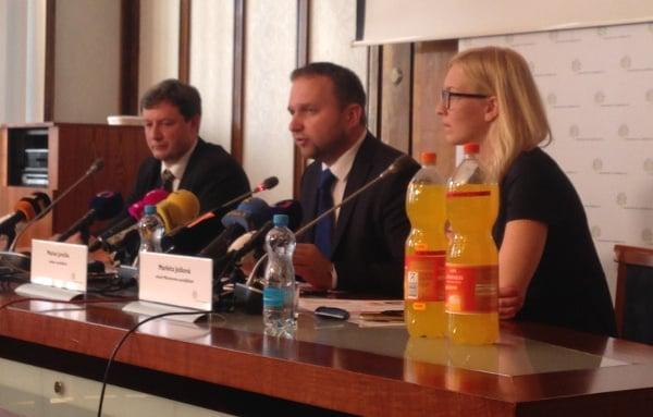 Zleva: Jan Pivoňka - koordinátor testu, Marian Jurečka - ministr zemědělství, Markéta Ježková - tisková mluvčí ministerstva zemědělství