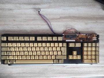 Zkompletovaný modul klávesnice.