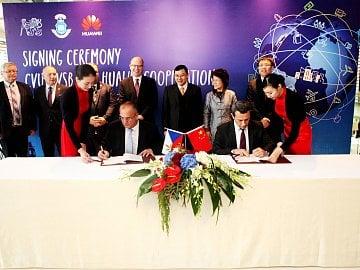 Podepsání memoranda o spolupráci mezi Huawei školami ČVUT a VSB. Během návštěvy Číny v roce 2015