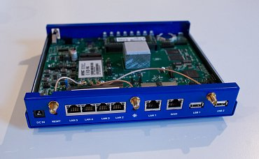 Zadní strana nové verze je stejná, šest LAN, tři anténní konektory a USB 2.0