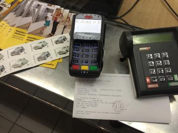 Nejen poštovní známky můžete zaplatit platební kartou. (Pošta Praha 6, 7.10.2015)