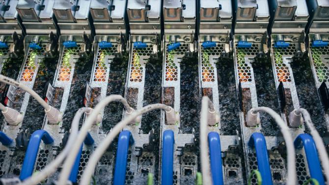 [článek] Microsoft chladí servery vkapalině, nové Xeony jsou zde, Google přechází zOraclu na SAP