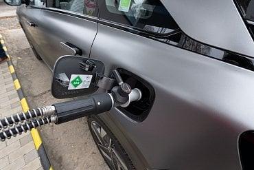 Ilustrační foto. Plnění nádrže auta vodíkem. (10/2021)