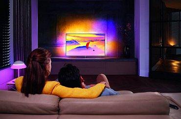 """Ambilight u televizoru Philips 7600, kde jsou už i dva nové režimy – jeden hudební a druhý herní. Ten druhý se mi moc líbil a v ukázkové hře (nějaká """"střílečka"""") dokonce jakoby rozšiřoval děj až na stěnu. S tímhle TP Vision u pařmenů zaboduje!"""