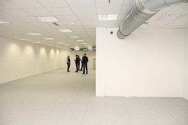Prázdný sál. Pod stropem je vzduchotechnika pro výměnu vysušeného vzduchu.