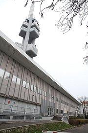 Pohled od vchodu do datacentra. Vlevo kobky pro VN trafa, nahoře věž.