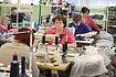 Nahlédněte do výrobní haly pletařské firmy.
