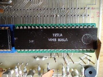 Procesor MHB 8080A je kopií procesoru Intel 8080, vzniklou díky velmi svéráznému způsobu licencování tehdejší vládnoucí stranou. Zde je vyfocen na desce počítače PMI 80, určeného pro školní výuku programování. CPU 8080 vyžadoval pro svoji funkci několik podpůrných čipů.