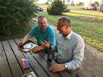 Miroslav Kalousek (vpravo) a Dalibor Z. Chvátal (vlevo) během rozhovoru v Hospodě U Mrzouta v Neplachovicích.