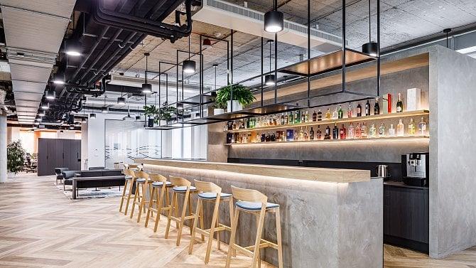 Becherovka představila luxusní kanceláře, mají vlastní bar