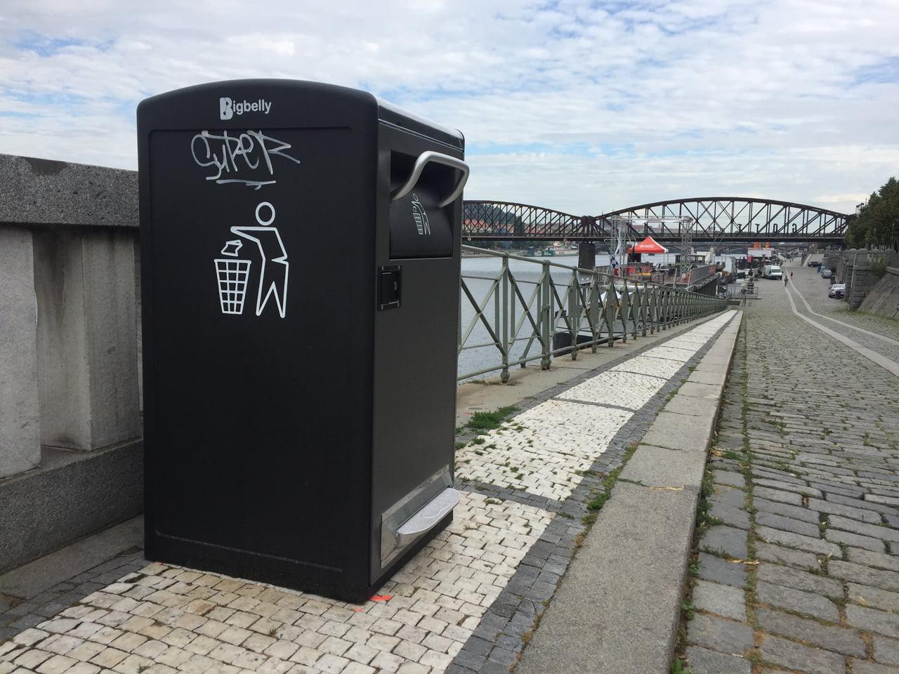 Chytré odpadkové koše Bigbelly v ulicích Prahy