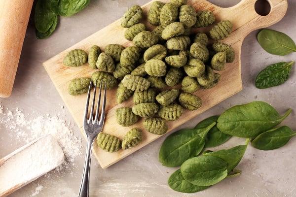 Gnocchi nebo těstoviny se špenátem patří k oblíbeným letním receptům