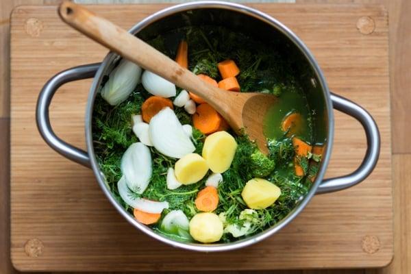 Kromě kostí se do masového i čistě zeleninového vývaru také hodí všechny zeleninové odřezky a zbytky