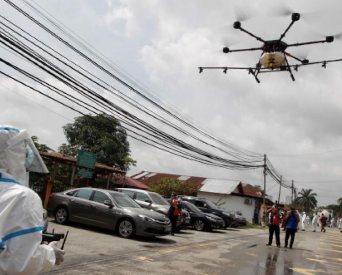 [článek] Od sledování narušitelů po dopravu léků. Jak se při epidemii využívají drony?