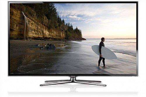 Elegantní design televizoru je dán nejen nádherným čtyřramenným podstavcem, ale také tenkými rámečky a povedeným vyklenutím na tom spodním.