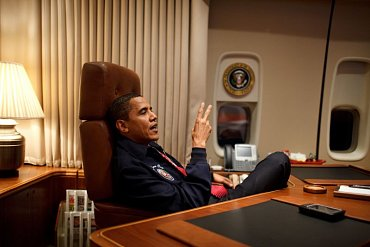 Americký prezident Barack Obama v leteckém speciálu Air Force One a VoIP telefon od společnosti Cisco.