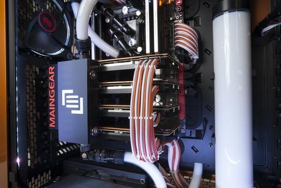 Tento Maingear Epic Force používá kapalinové chlazení pro ochlazení grafické karty a zajištění minimální hlučnosti. Jedná se o chladicí soustavu, která je jednoduše skvělá ve všech svých částech