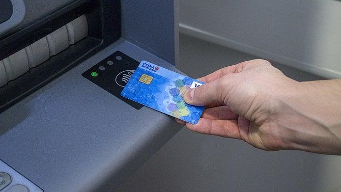 Platby kartou jsou pro Čechy klíčové, ale bez hotovosti by žít nechtěli