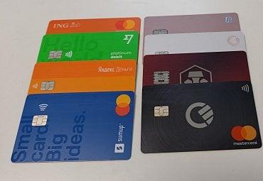 Platební karty použité pro test výběrů z bankomatů. (05/2021) Zleva: ING PL, Wise, YooMoney, SumUp, Revolut, Zen, Crypto.com, Curve.