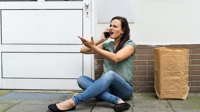 Podnikatelka má obchod vnájmu a řeší opravy dveří. Musí je platit sama?