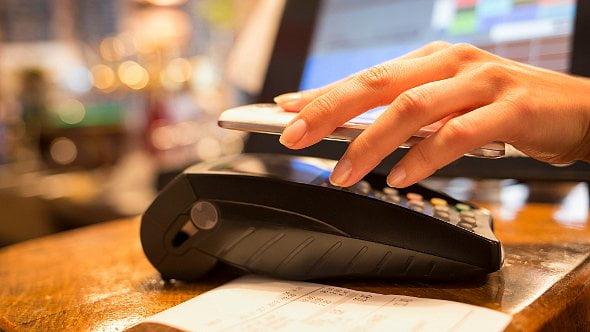 Přehledně: Sjakými kartami zaplatíte přes Apple, Google, Garmin a Fitbit Pay?