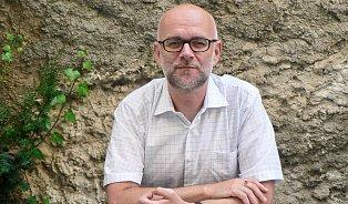 Profesor Komárek: Klasická medicína snámi jedná jako spřerostlýmidětmi